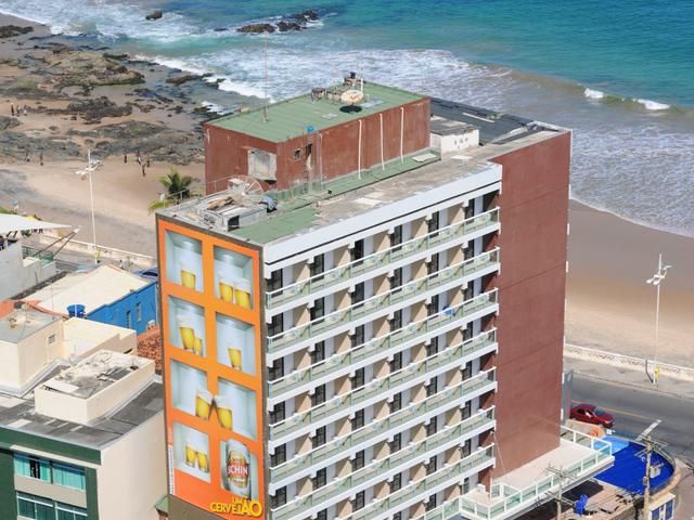 O Hotel fica em frente ao mar, na Avenida Oceânica.