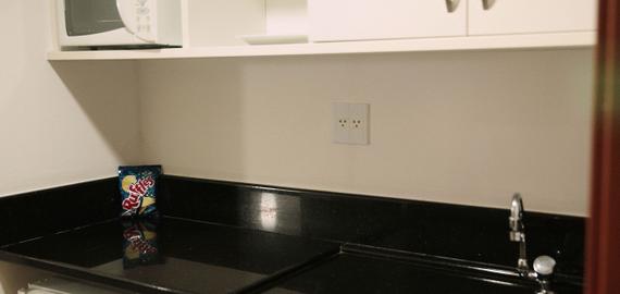 Microondas, Mini pia, armário, frigobar.