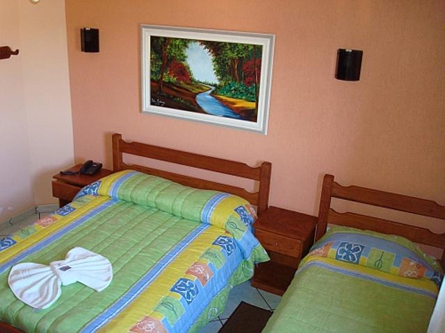 Quarto com cama de casal e solteiro - Hotel Nazaré