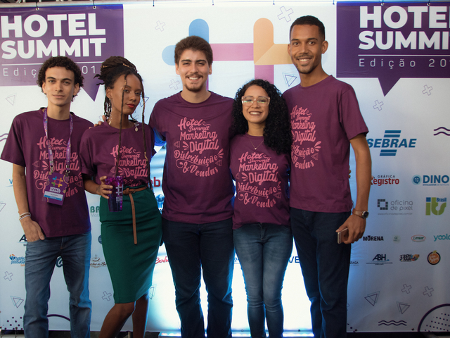 Equipe reunida no backdrop do Hotel Summit 2019