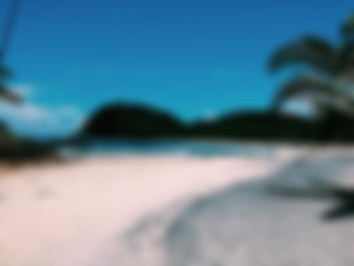 Prainha de mar azul e areia branca